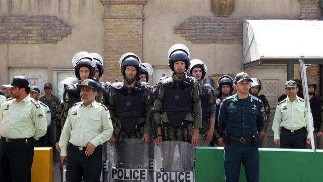 Des policiers anti-émeutes surveillent les abords de l'ambassade de France à Téhéran, le 20 septembre 2012 [Atta Kenare / AFP/Archives]