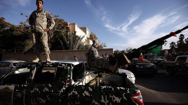 Des membres de la Force nationale mobile lors d'une opération pour déloger des milices à Tripoli, en Libye, le 23 septembre 2012 [Gianluigi Guercia / AFP]