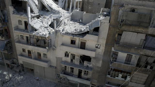 Un immeuble détruit par un bombardement aérien, le 23 septembre 2012 à Alep [Miguel Medina / AFP]