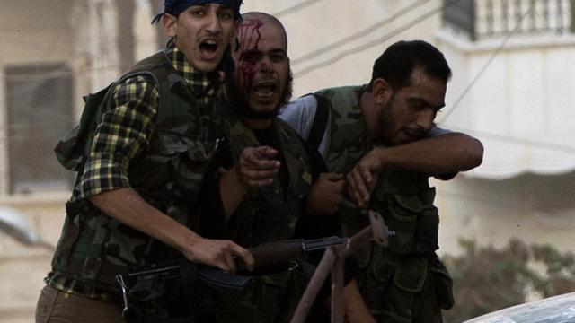 Des rebelles syriens blessé est évacué lors de violents comabts à Alep, le 27 septembre 2012 [Miguel Medina / AFP]