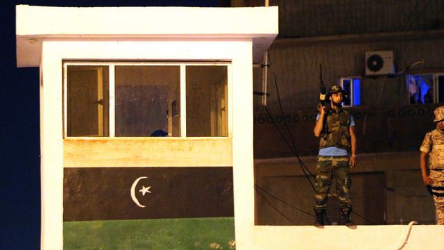 Un garde libyen monte la garde après une attaque de manifestants à Benghazi, le 28 septembre 2012 [Abdullah Doma / AFP]