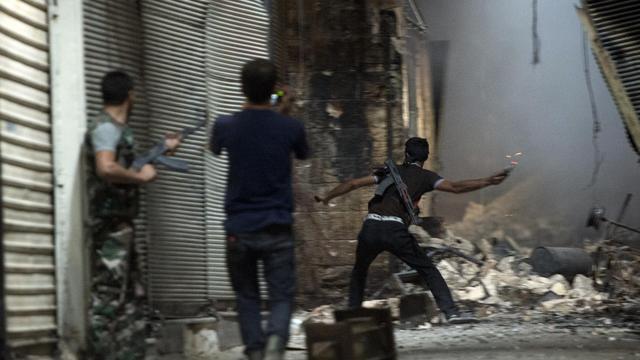 Des rebelles le 30 septembre 2012 dans une rue d'Alep [Miguel Medina / AFP]