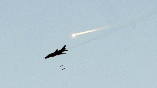 Un avion de l'armée syrienne survole une localité du nord-ouest du pays, le 19 octobre 2012 à Maaret al-Numan [Bulent Kilic / AFP/Archives]