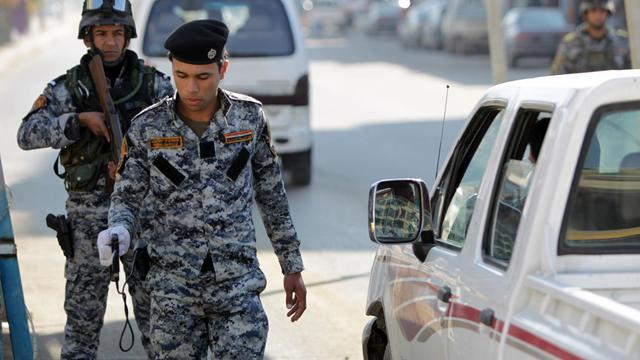 Un officier de sécurité à un point de contrôle dans Bagdad, le 29 novembre 2012 [Ahmad al-Rubaye / AFP/Archives]