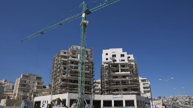 Des ouvriers construisent des logements, le 27 février 2013, dans une colonie à Jérusalem-Est [Menahem Kahana / AFP/Archives]