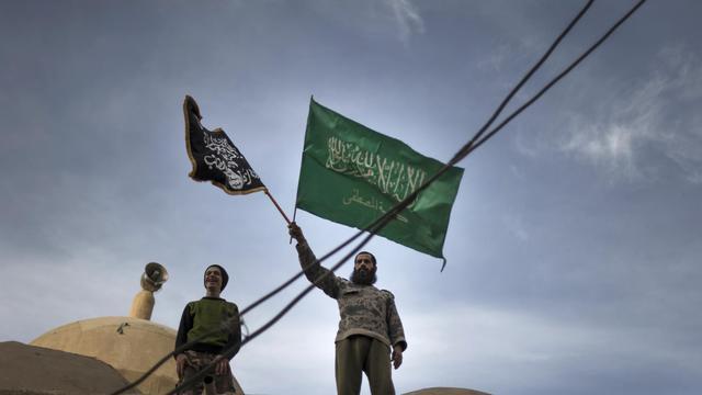 Des rebelles agitent des drapeaux islamistes près de Deir Ezzor, dans l'est de la Syrie, le 25 février 2013 [Zac Baillie / AFP/Archives]