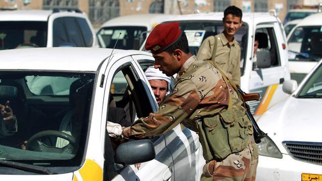 Un policier yéménite contrôle un conducteur à Sanaa le 16 mars 2013 [Mohammed Huwais / AFP/Archives]