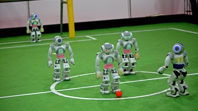 Des robots-footballeurs le 5 avril 2013 à Téhéran