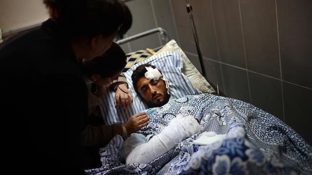 Un blessé kurde, touché lors d'un bombardement de la ville d'Alep, dans un hôpital d'Afrin, au nord de la Syrie, le 9 avril 2013 [Dimitar Dilkoff / AFP/Archives]