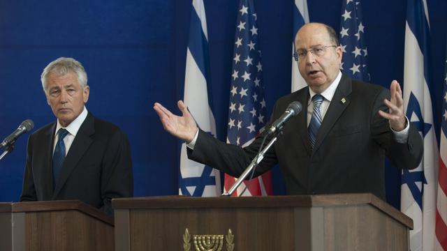Le ministre israélien de la Défense, Moshé Yaalon (droite), le 22 avril 2013 à Tel Aviv [Jim Watson / AFP/Archives]