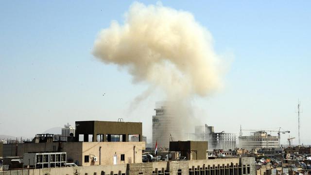 De la fumée s'échappe d'une rue après un attentat présumé, le 30 avril 2013 à Damas [ / Sana/AFP/Archives]