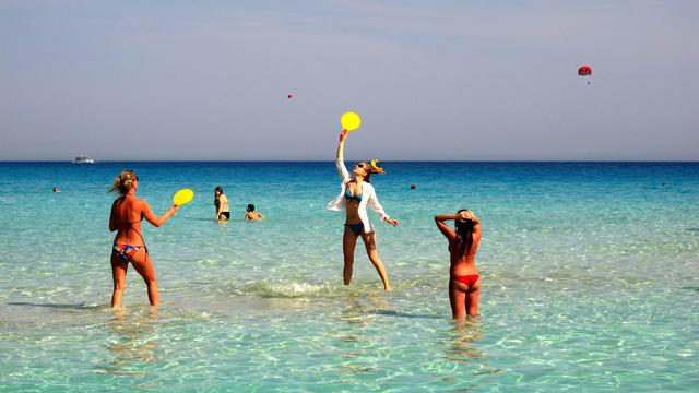 Des touristes profitent de la mer et du soleil à Chypre [Patrick Baz / AFP/Archives]