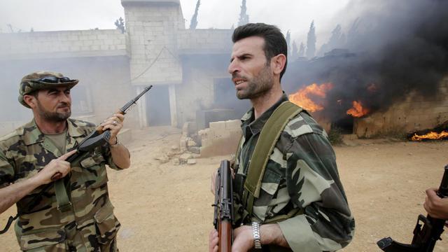 Des soldats syriens dans le village de Dumayna, à quelques kilomètres de Qousseir, le 13 mai 2013 [Joseph Eid / AFP/Archives]