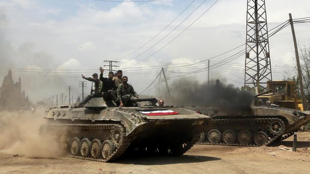 Des soldats de l'armée syrienne prennent le contrôle d'un  village, près de la ville de Qousseir, le 13 mai 2013 [Joseph Eid / AFP/Archives]