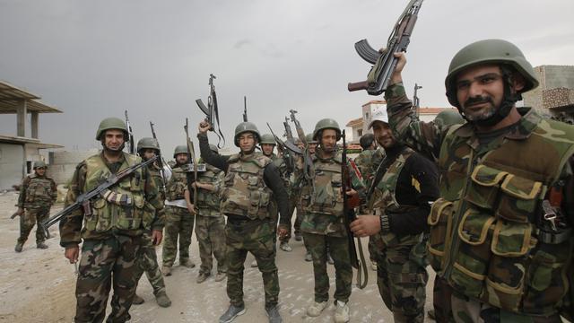 Des soldats syriens, le 13 mai 2013 à quelques kilomètres de Qousseir [Joseph Eid / AFP/Archives]