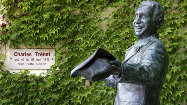 Une statue du chanteur Charles Trenet devant la maison où il est né, à Narbonne. [Pascal Pavani / AFP/Archives]