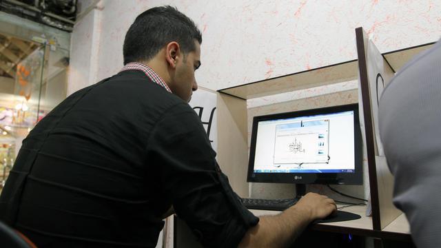 Un Iranien utilise un ordinateur le 14 mai 2013 dans un cyber café de Téhéran [Atta Kenare / AFP/Archives]