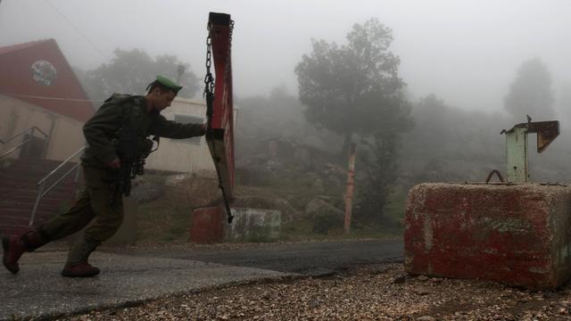 Un soldat israélien ferme un passage sur le Mont Hermon, sur les hauteurs du plateau du Golan, le 15 mai 2013, région qui a été la cible de tirs en provenance de Syrie [Jalaa Marey / AFP/Archives]
