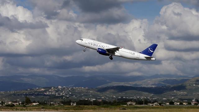 Un avaion de Syrian air décolle de l'aéroport de Damas pour se rendre à Lattaquié, le 15 mai 2013 [Joseph Eid / AFP]
