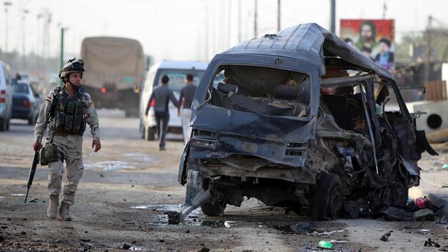Un soldat irakien près d'un véhicule détruit après un attentat à Bagdad, le 16 mai 2013 [Ahmad al-Rubaye / AFP]