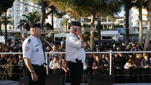 Des policiers sur la croisette à Cannes, le 17 mai 2013, après des coups de feu tirés lors de l'enregistrement d'une émission [Loic Venance / AFP]