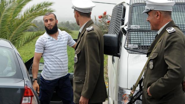 Les policiers tunisiens contrôlent les véhicules aux abords de Kairouan, le 18 mai 2013 [Fethi Belaid / AFP]