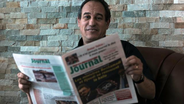 Hichem Aboud, directeur du quotidien d'opposition francophone, Journal, pose le 19 mai 2013 aprés avoir été censuré pour avoir affirmé que le président algérien était tombé dans le coma [Farouk Batiche / AFP]