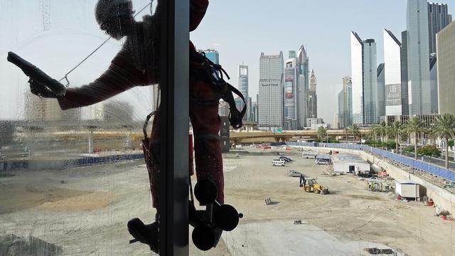 Un laveur de carreaux sur une tour de Dubaï, le 16 mai 2003 [Janek Skarzynski / AFP/Archives]