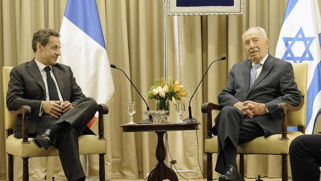 Le président israélien Shimon Peres et l'ancien président français Nicolas Sarkozy, à Jérusalem, le 23 mai 2013 [David Buimovitch / AFP]