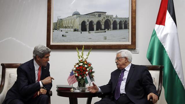 Le secrétaire d'Etat américain John Kerry (g) et le président de l'Autorité palestinienne Mahmoud Abbas, le 23 mai 2013 à Ramallah [Jim Young / Pool/AFP/Archives]