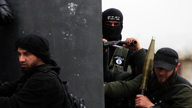 Des combattants du front Al-Nosra prennent position dans le village syrien d'Aziza, près d'Alep, le 4 avril 2013 [Guillaume Briquet / AFP/Archives]
