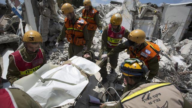 Des soldats israéliens font un exercice de secours à Nazareth, le 27 mai 2013 [Menahem Kahana / AFP]