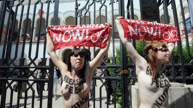 Deux militantes européennes du groupe Femen manifestent, le 29 mai 2013 devant le palais de justice de Tunis [Fethi Belaid / AFP/Archives]