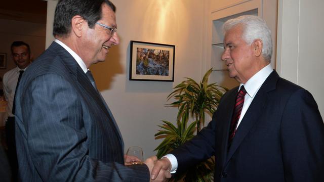 Photo transmise par le bureau de presse et d'information chypriote de Nicos Anastasiades (g) et Dervis Eroglu, à Chypre, le 30 mai 2013 [Stavros Ioannides / PIO/AFP]