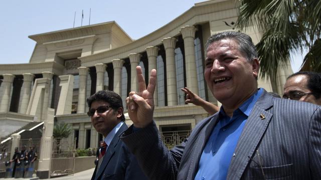 L'ancien député et opposant Hamdi al-Fakharany  (d) fait le V de la victoire le 2 juin 2013 à la sortie de la Cour constitutionnelle [Khaled Desouki / AFP]
