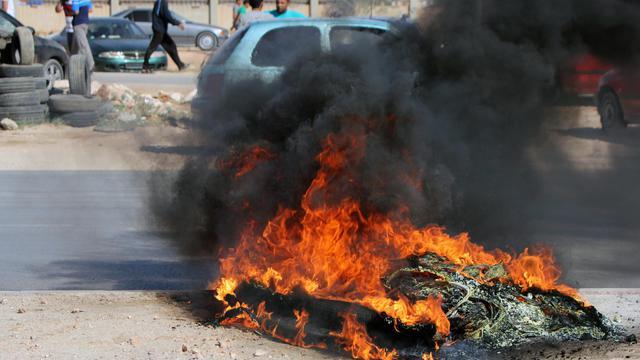 """Pneus incendiés lors d' affrontements entre une brigade d'ex-rebelles et des manifestants """"anti-milices"""", le 8 juin 2013 à Benghazi [Abdullah Doma / AFP]"""