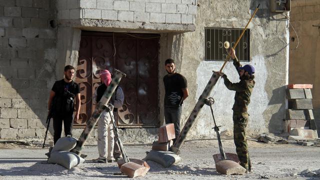 Des rebelles se préparent à lancer des tirs de mortier vers les forces gouvernementales le 10 juin 2013 dans le sud de Damas. [Ward al-Keswani / AFP]