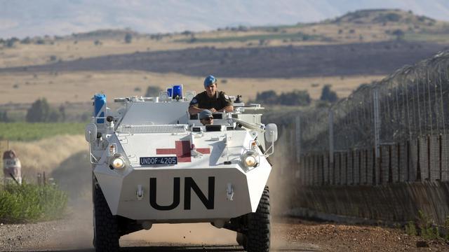 Un véhicule de la force de maintien de la paix de l'ONU à la frontière entre Israël et la Syrie, sur le plateau du Golan, le 12 juin 2013 [Menahem Kahana / AFP]
