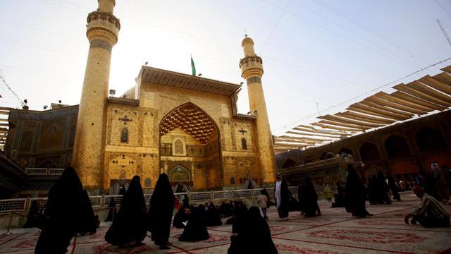 Des pèlerins prient devant le mausolée de l'Imam Ali à Najaf, en Irak, le 11 juin 2013 [Ali al-Saadi / AFP]