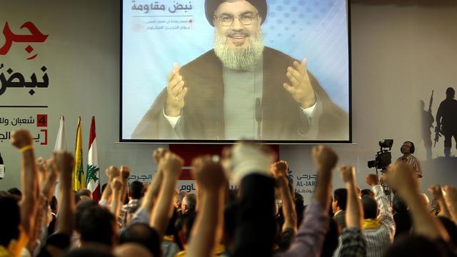 Le chef du Hezbollah chiite libanais Hassan Nasrallah sur un écran s'adresse à ses supporteurs, le 14 juin 2013 à Beyrouth [ / AFP]