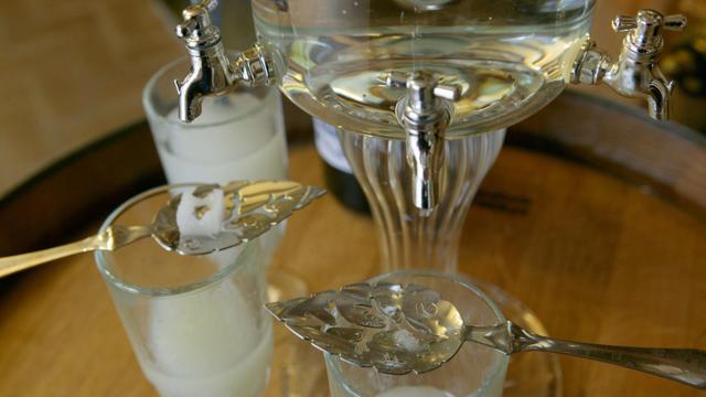 La Suisse a décidé de protéger son absinthe, une appellation qui ne sera autorisée dans le pays que pour une eau-de-vie fabriquée sur place dans une certaine région, tout comme la France le fait pour son champagne.[AFP]