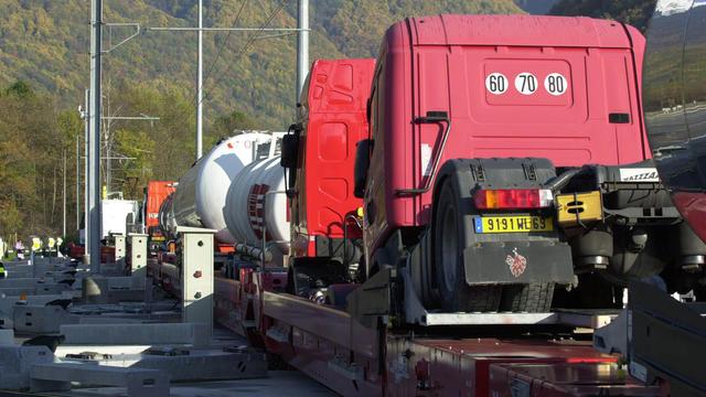Des camions installés sur des wagons, en 2003 sur une plate-forme ferroviaire en France [Jean-Pierre Clatot / AFP/Archives]