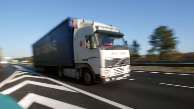 Un poids-lourd roule le 12 novembre 2003 sur l'autoroute A63 entre Bordeaux et Bayonne [Derrick Ceyrac / AFP/Archives]