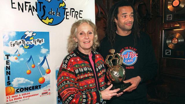 """Marie-Claire Noah et son fils, le 16 avril 1996 à Paris, lors d'une conférence de presse de des """"Enfants de la terre"""" [Patrick Kovarik / AFP/Archives]"""