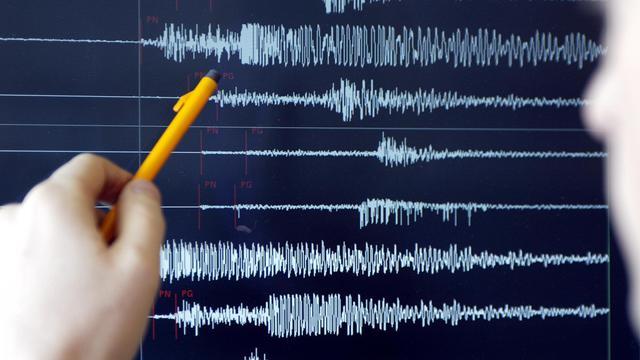 Un technicien analyse la magnitude d'un séisme grâce à un sismographe [Olivier Morin / AFP/Archives]