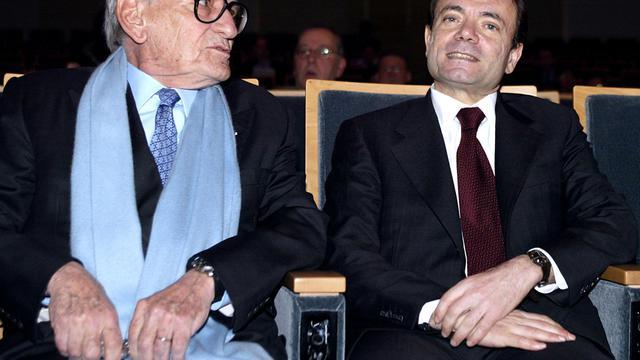 Le directeur honoraire de Casino Antoine Guichard (g) le 11 mars 2004 à Paris, lors de la présentation des résultats financiers de 2003 [Daniel Janin / AFP/Archives]