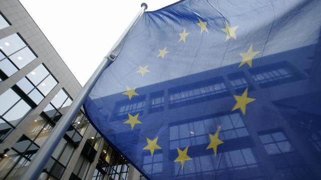 Le drapeau européen flotte devant le bâtiment abritant le siège de l'UE à Bruxelles [Gerard Cerles / AFP/Archives]