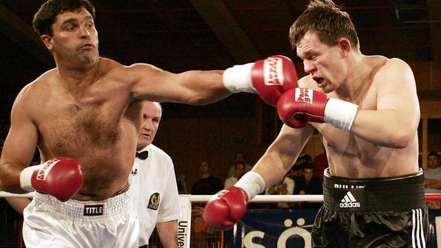 L'ancien boxeur sud-africain Corrie Sanders (g) lors d'un match en décembre 2004 contre le Russe Alexei Varakin à Soelden, en Autriche [Dominic Ebenbichler / AFP/Archives]