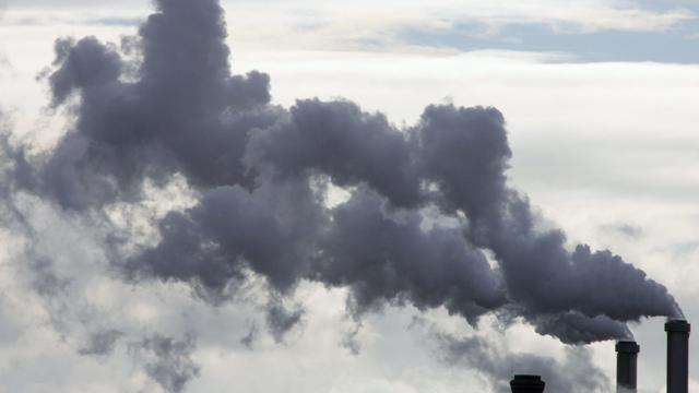 De la fumée s'échappant des cheminées d'une usine [Joel Saget / AFP/Archives]