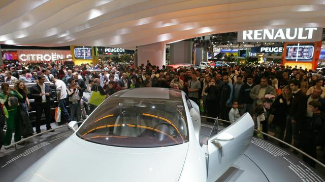 Des visiteurs au Mondial de l'automobile de Paris, le 10 octobre 2004. [Francois Guillot / AFP/Archives]